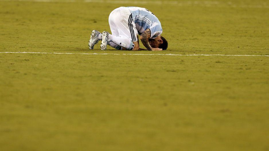 CDA253. EAST RUTHERFORD, (NJ, EE.UU.), 26/06/2016.- Lionel Messi de Argentina se lamenta luego de perder ante Chile en la final de la Copa América Centenario hoy, domingo 26 de junio de 2016, en el estadio MetLife de East Rutherford, Nueva Jersey (EE.UU.). EFE/MAURICIO DUEÑAS CASTAÑEDA