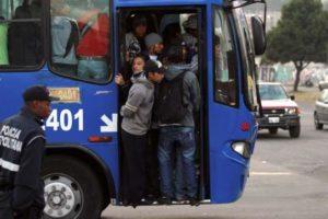 Turismo extremo: subirse a un bus en Quito. !No al alza de pasajes!