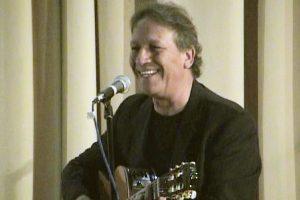 Cantautor Juan Paredes hospitalizado en Quito